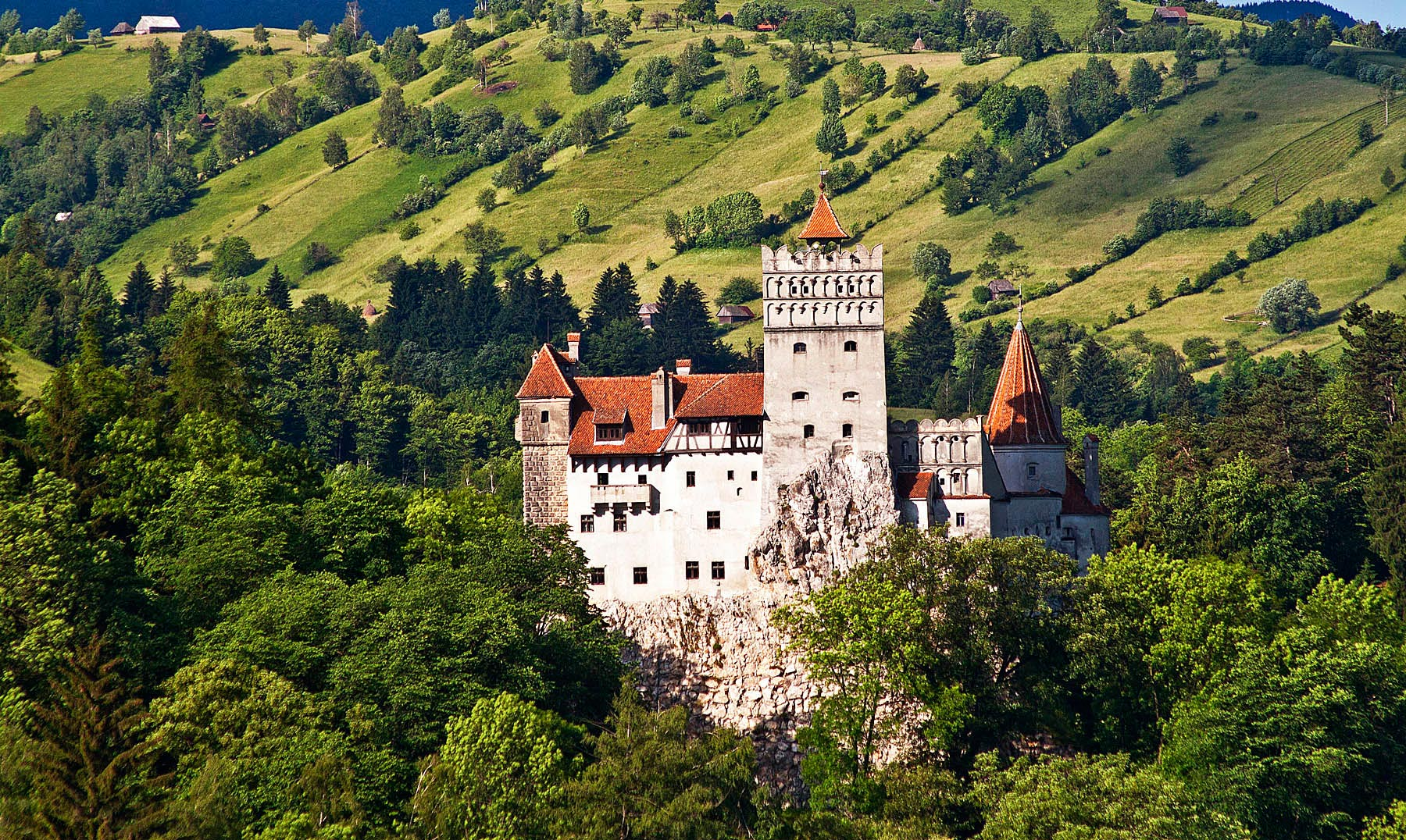 Location, location, location: the castle is nestled in amazing greenery. Image: rolandia.eu
